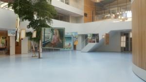 Schilderijen opgehangen in het atrium van het Fioretti College in Lisse