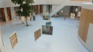 Schilderijen Tanja Swart van bovenaf gezien in het Fioretti College